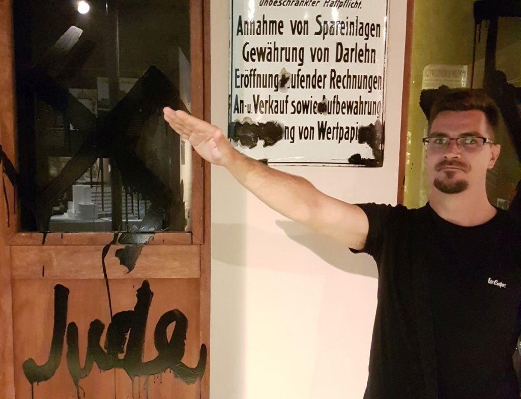 Újabb fotó bizonyítja az ózdi jelölt náci érzelmeit, aki mellett a DK és a Jobbik is kitartott