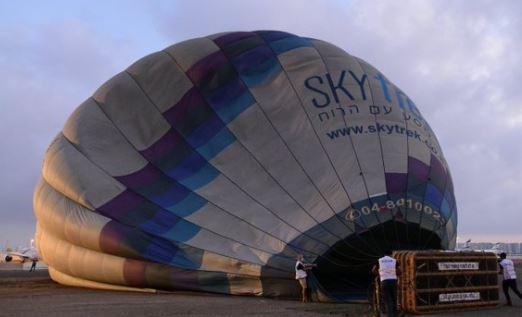 Száguldó autók közé zuhant a hőlégballonba kapaszkodó fiatal